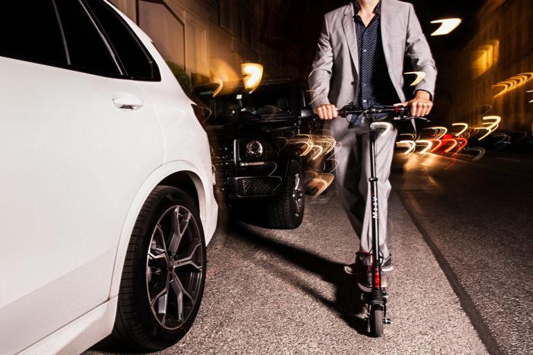 moovi stvo escooter merces gklasse muenchen maximilianstrasse autos verkehr